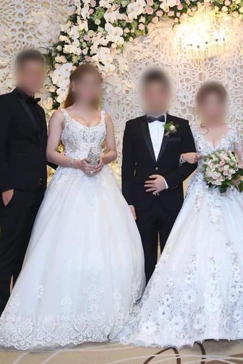 Khách mời diện đồ nhưcô dâu chú rể đứng bên cặp nhân vật chính khiến mọi người không biết gửi tiền mừng cho i.