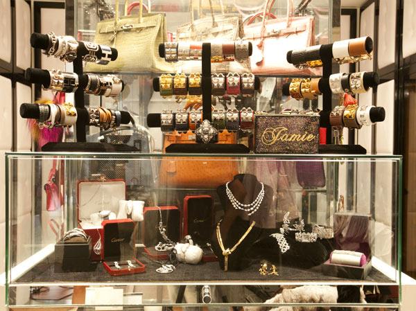 Tủ trang sức cao cấp gắn mác Cartier và Hermes cũng đáng giá cả gia tài.