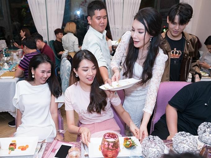 Tại bữa tiệc, Hồ Quỳnh Hương tận tay bưng thức ăn phục vụ khách mời.