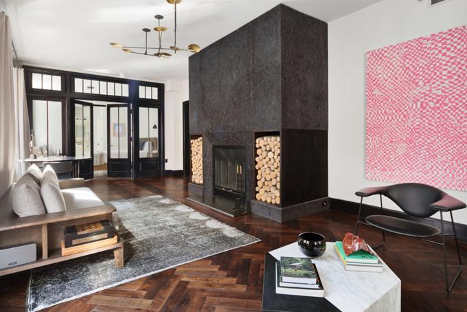 Điểm nhấn của phòng khách là chiếc lò sưởi được đốtbằng gỗ tự nhiên làm tăng thêm tính cổ điển cho căn phòng.