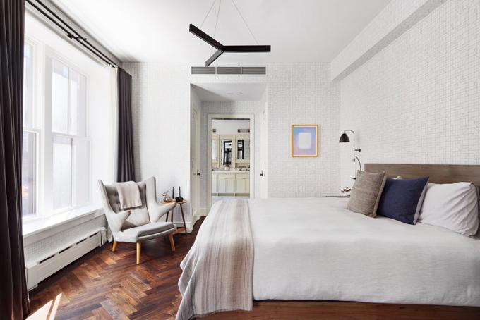 Phong ngủ được thiết kế phong cách tân cổ điển với màu trắng làm chủ đạo.