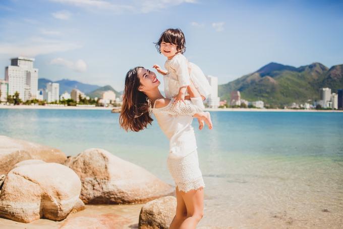 Cùng con đi du lịch cũng là cách giúp bé có thêm nhiều trải nghiệm trong cuộc sống.