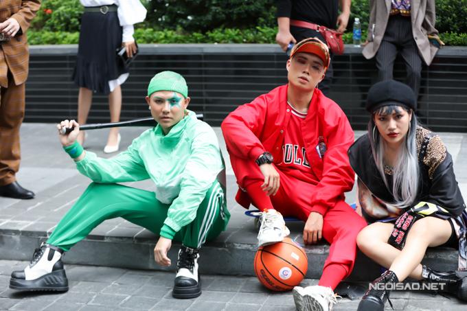 Sau ngày đầu làm loạn với tạo hình yêu tinh, các bạn trẻ Sài Gòn chấn chỉnh về cách tạo dựng hình ánh khi tham gia chụp ảnh street style tại Tuần lễ Thời trang Quốc tế Việt Nam 2019.