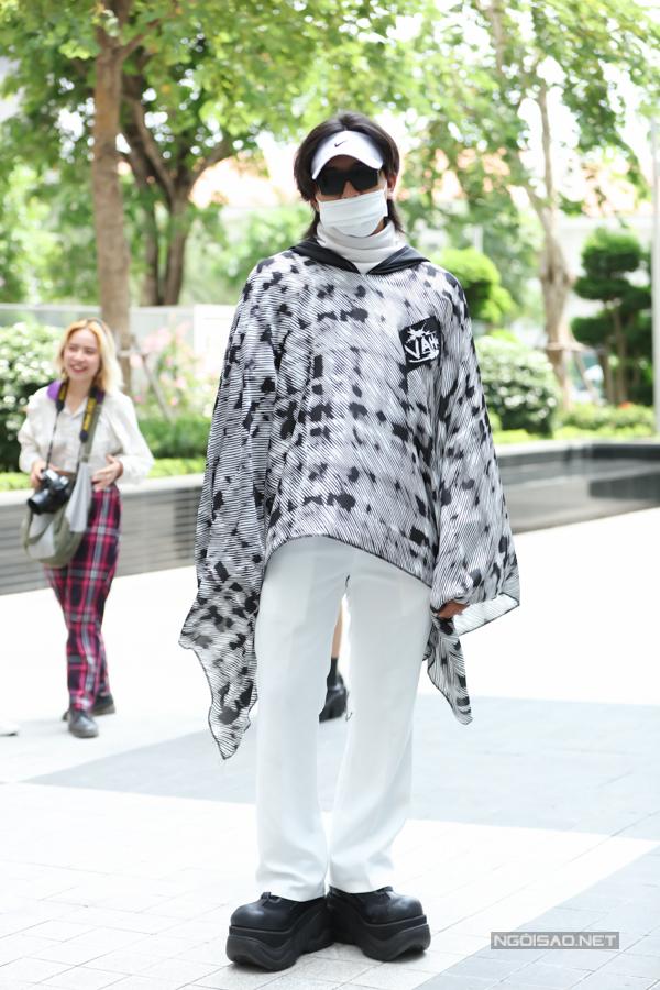 Hình ảnh nam thanh niên gợi nhớ đến style Nin Ja Lead quen thuộc trên đường phố Việt.