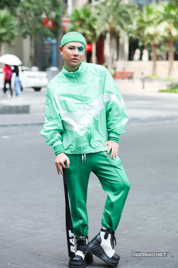 Những bộ cánh theo phong cách thể thao, sắc màu rực rỡ, tôn nét trẻ trung và năng động được giới trẻ Sài Gòn sử dụng để gây sức hút.