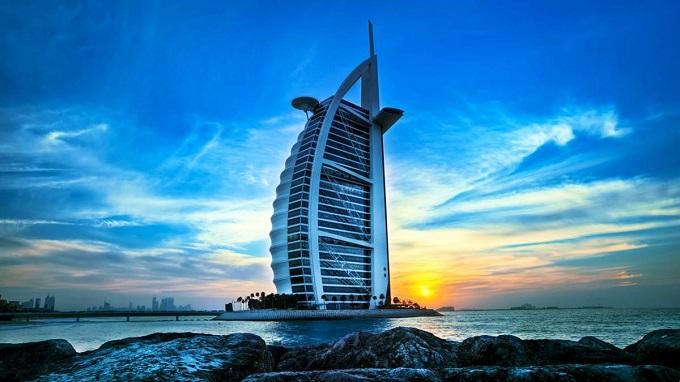 Khách sạn Burj Al Arab như cánh buồm vươn ra biển lớn.