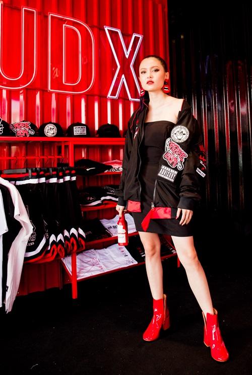 Trong BST mới được thiết kế bởi thương hiệu Headless và hãng Budweiser, người đẹp mang ba dòng máu Hoa - Pháp - Việt biến hóa phong cách đường phố cá tính với hai tông màu đen - đỏ.