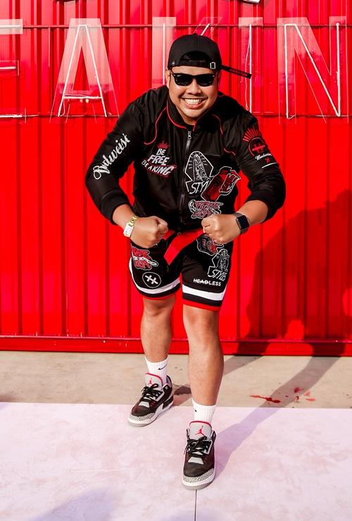 Fashionista Nam Phạm - admin lâu năm của trang Thần Kinh Giày - group giày lớn nhất Việt Nam, diện set đồ thể thao với sneaker tông đen - đỏ.