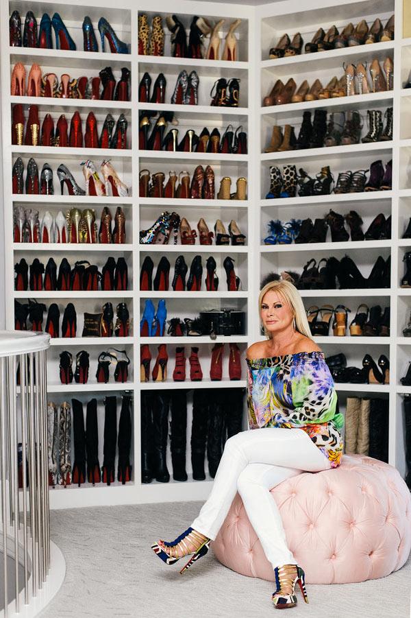 Nữ doanh nhân Theresa Roemer bên tủ giày khổng lồ của mình, hầu hết đều từ hãng giày đế đỏ huyền thoại Christian Louboutin.