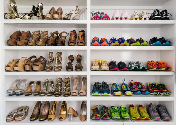 Giày dép được phân loại theo tiêu chí kiểu dáng và màu sắc.