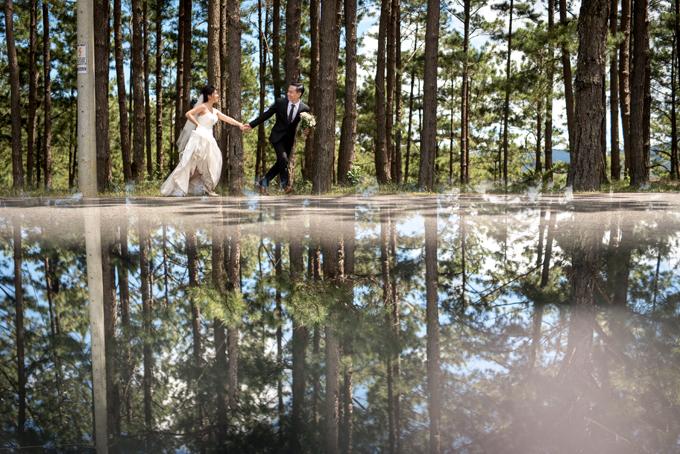 Bức ảnh áp dụng hiện tượng vật lý phản xạ ánh sáng để tạo nên sự nhân đôi bối cảnh, tạo điểm nhấn cho lbum cưới.