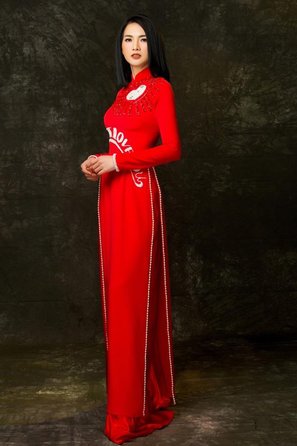 Các thiết kế thuộc bộ sưu tập KIM của Minh Châu giúp Anh Thư tôn lên thân hình thanh mảnh, nhan sắc mặn mà.