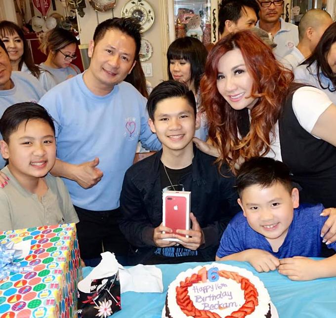 Bằng Kiều và vợ cũ Trizzie Phương Trinh bên ba con trai.