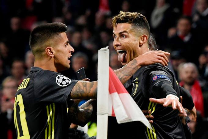 C. Ronaldo chia vui với các đồng đội sau khi giúp đại diện Italy vượt lên dẫn trước.