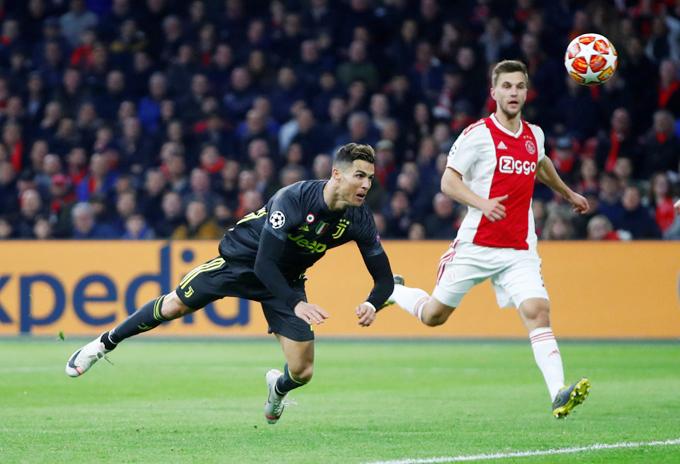 C. Ronaldo là người hùng của Juventus trong trận tứ kết lượt đi Champions League với Ajax sáng 11/4 khi ghi bàn mở tỷ số ngay phút cuối hiệp một. Nghỉ thi đấu suốt một tháng nhưng khi trở lại, tiền đạo Bồ Đào Nha vẫn để lại dấu ấn với pha đánh đầu uy lực tung lưới thủ môn Ajax.