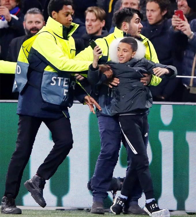 Fan nhí cầm điện thoại, có vẻ muốn selfie với C. Ronaldo nhưng bất thành.
