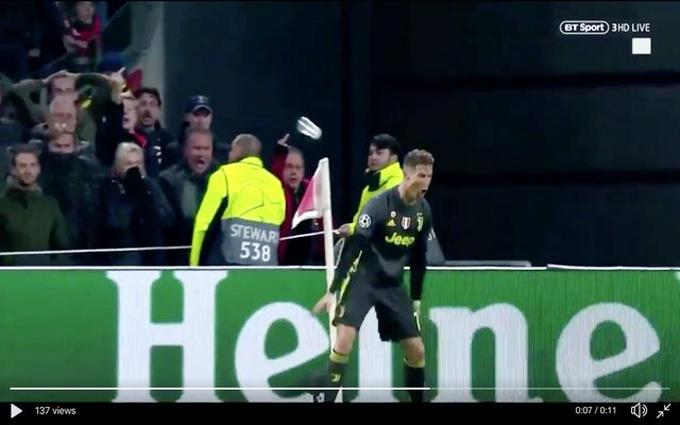 Khi siêu sao 34 tuổi đang nhảy lên mừng bàn thắng, từ trên khán đài, fan Ajax ném cốc nhựa về phía anh nhưng không trúng người C. Ronaldo.