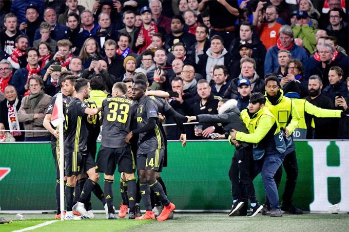 Ngay sau đó, một fan nhí xuống sân chạy tới chỗ C. Ronaldo và các đồng đội đang chia vui với ý định tiếp cận chân sút Bồ Đào Nha. Cậu nhóc thậm chí đã nắm đượctay người hùng Juventus...