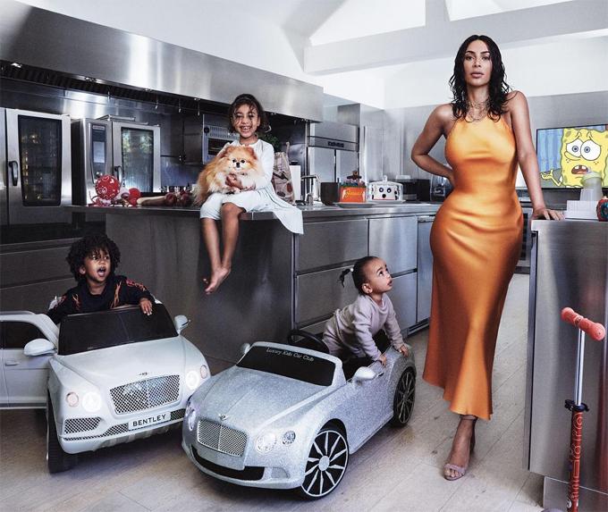 Trên tạp chí thời trang Vogue tháng 5, Kim Kardashian chụp ảnh cùng ba nhóc tỳ trong căn biệt thự siêu sang vợ chồng cô vừa xây dựng xong vào năm ngoái. North 6 tuổi, Saint 3 tuổi và Chicago 1 tuổi nhí nhảnh tạo dáng trong căn bếp hiện đại và tiện nghi. Trong khi đó, bà mẹ bỉm sữa 38 tuổi khoe đường cong gợi cảm với bộ đầm lụa thương hiệu Rosetta Getty trị giá gần 800 USD. Đây là lần đầu tiên hai bé út xuất hiện trên tạp chí thời trang. Cô con gái cả North từng góp mặt trên Vogue cùng bố mẹ vào năm 2014 khi bé mới được vài tháng tuổi.