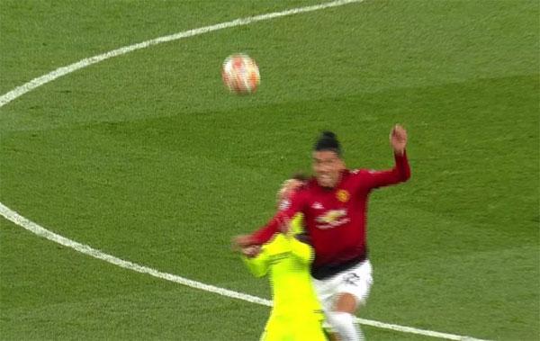 Tình huống va chạm giữa hai cầu thủ của Barca và MU diễn ra phút 30.