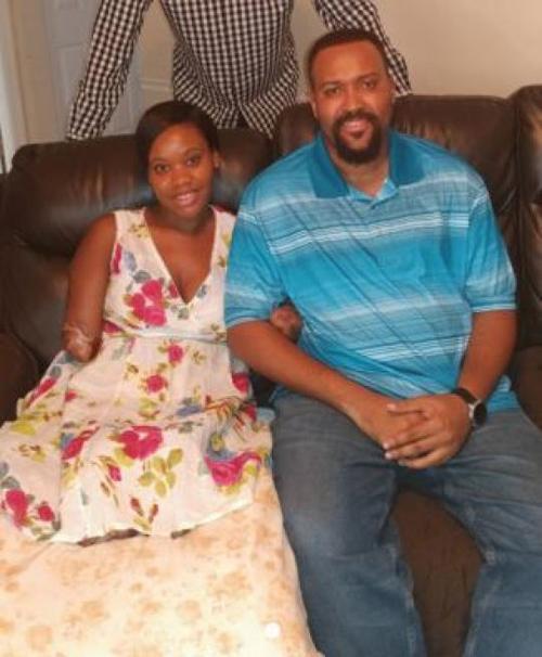 Kayleigh hạnh phúc vì vẫn còn sống, có chồng và gia đình ở bên động viên, khích lệ. Ảnh: Fundly.