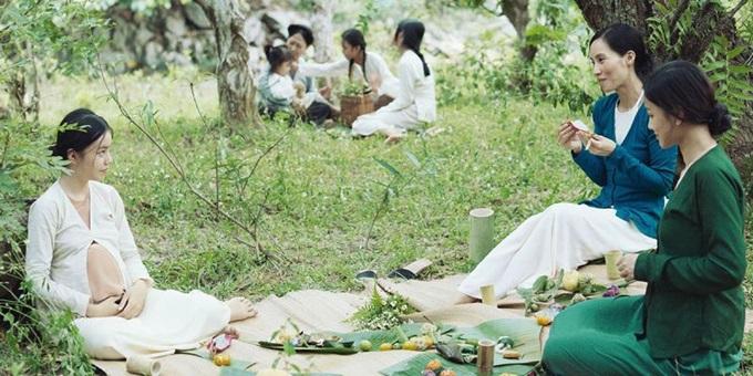 Ba nữ diễn viên chính Nguyễn Phương Trà My, Trần Nữ Yên Khê, Maya (từ trái qua) trong một cảnh phim trò chuyện.
