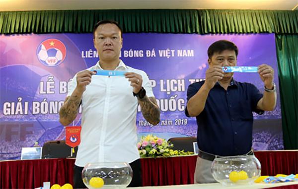 Cựu thủ môn Dương Hồng Sơn (trái) bốc thăm chia bảng giải hạng Nhì quốc gia 2019. Ảnh: VFF.