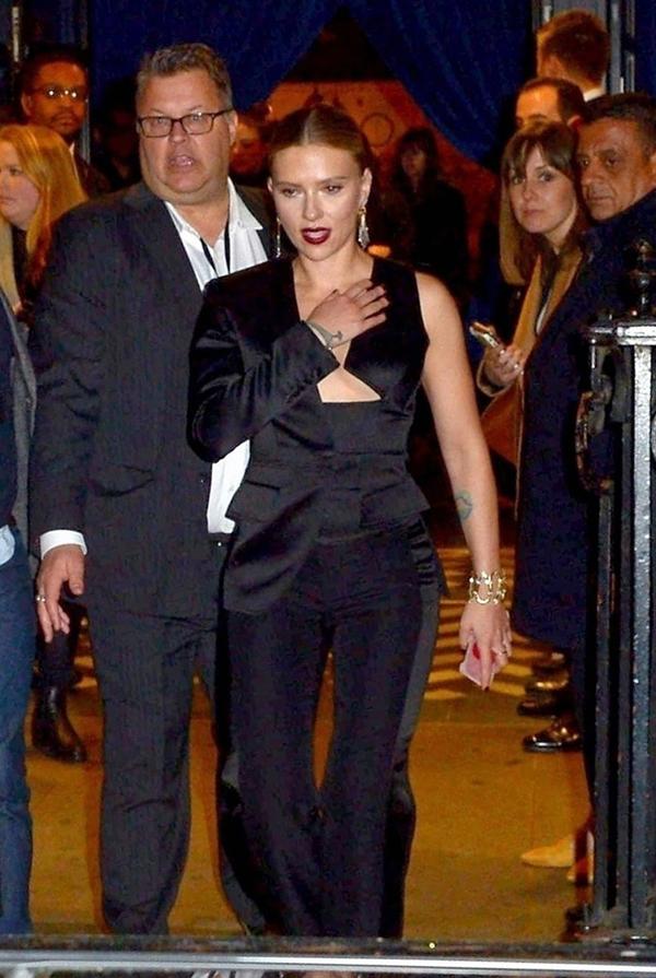 Scarlett Johansson tới buổi gặp gỡ với các fan xứ sở sương mù tại London tối thứ tư.