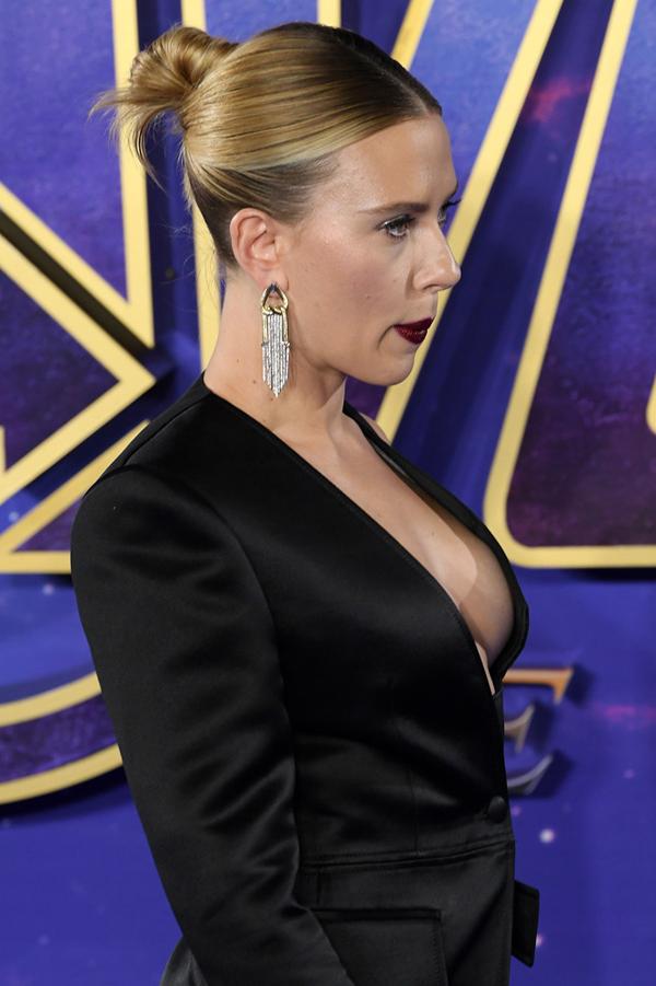 Scarlett là một trong số ít các sao nữ đóng vai siêu anh hùng. Thành công của nhân vật Black Widow trong loạt phim Avengers đã khiến nhà sản xuất làm riêng một bộ phim về nữ siêu anh hùng này. Năm ngoái, Hollywood Reporter đưa tin, Scarlett được trả cát-xê 15 triệu USD (hơn 350 tỷ đồng) cho vai chính trong phim Black Widow.