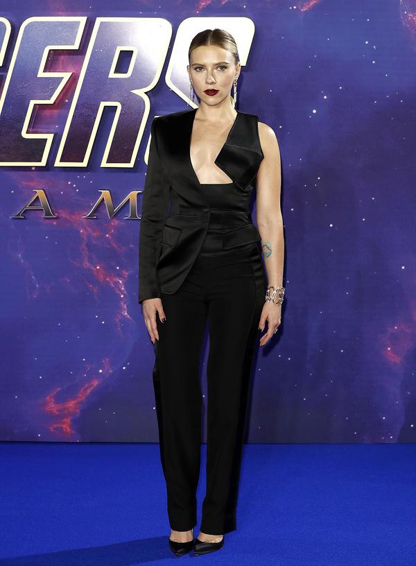 Scarlett diện bộ vest Tom Ford cách điệu, để lộ vòng bồng đảo lấp ló.