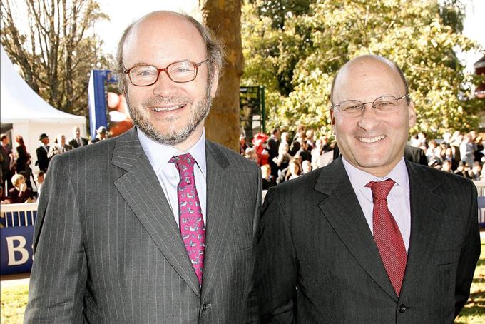 Hai anh em Alain, 70 tuổi (trái)và Gerard Wertheimer, 67 tuổilà đồng sở hữu thương hiệu thời trang xa xỉ Chanel. Bộ đôi này hiện nằm top 10 người giàu nhất nước Pháp với tổng tài sản 42 tỷ USD. Giàu có và danh tiếng nhưnganh em nhà Wertheimer có cuộc sống kín đáo. Họ hầu như không tham gia trả lời phỏng vấn với báo chí và truyền thông về việc điều hành công ty, sự giàu có của gia đình, các mối quan hệ xã hội hay sở thích cả nhân. Hai tỷ phú này có lối sống xa hoa riêng, gặp gỡ giao lưu với những người thân thiết cùng đẳng cấp chứ không xuất hiện thường xuyên trước truyền thông như ông trùm thời trang xa xỉ Pháp Bernard Arnault, chủ tịch của tập đoàn LVMH.