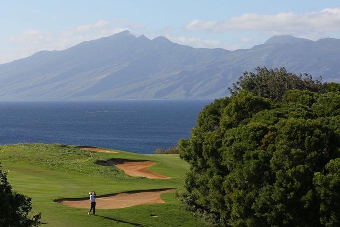 Tỷ phú Yanai còn được biết đến là một tay golfer chuyên nghiệp. Mỗi mùa hè ông đều dành raba tuần để chơi golf ở Hawaii, nơi ôngsở hữu hai sân golf trị giá 74,1 triệu USD.Yanai đã mua sân gôn Plantationvới giá 50 triệu USD vào năm 2009 và chỉ một năm sau ông mua thêm một sân gôn khác là Kapalua Bayvới giá 24,1 triệu USD.
