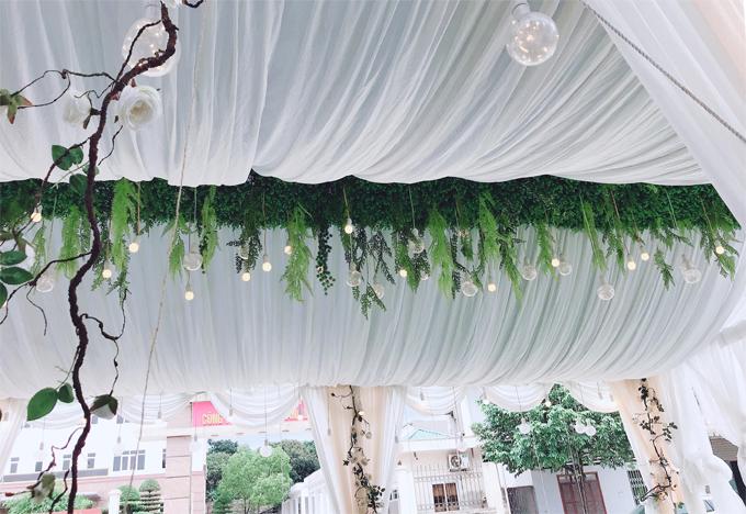 Rạp cưới có thêm màu xnh lá để không gin trở nên mát mắt, tránh cảm giác đơn điệu.