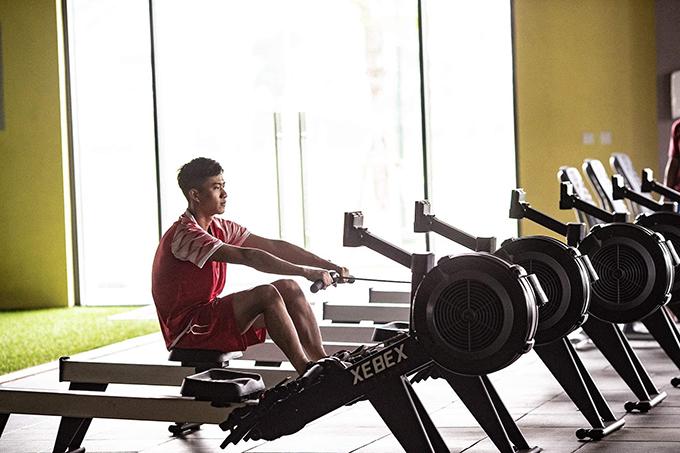 Phan Văn Đức đang trong quá trình tập luyện hồi phục chấn thương. Anh chưa thể tập cùng đồng đội mà chỉ có thể tập thể lực trong phòng gym.
