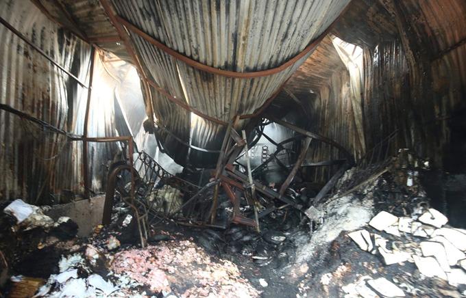 Khu xưởng nằm sâu trong khu dân cư hàng trăm mét, có nhiều vật liệu dễ cháy như đồ nhựa, đồ gỗ nên nhanh chóng cháy lan.