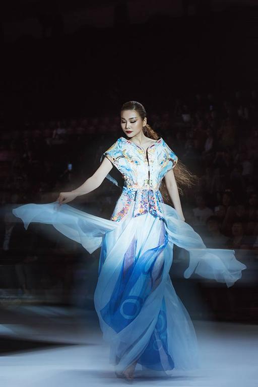 Thần thái chuyên nghiệp cùng sải bước tự tin của nữ hoàng vedette thời trang Việt góp phần tạo nên điểm nhấn cho buổi trình diễn.