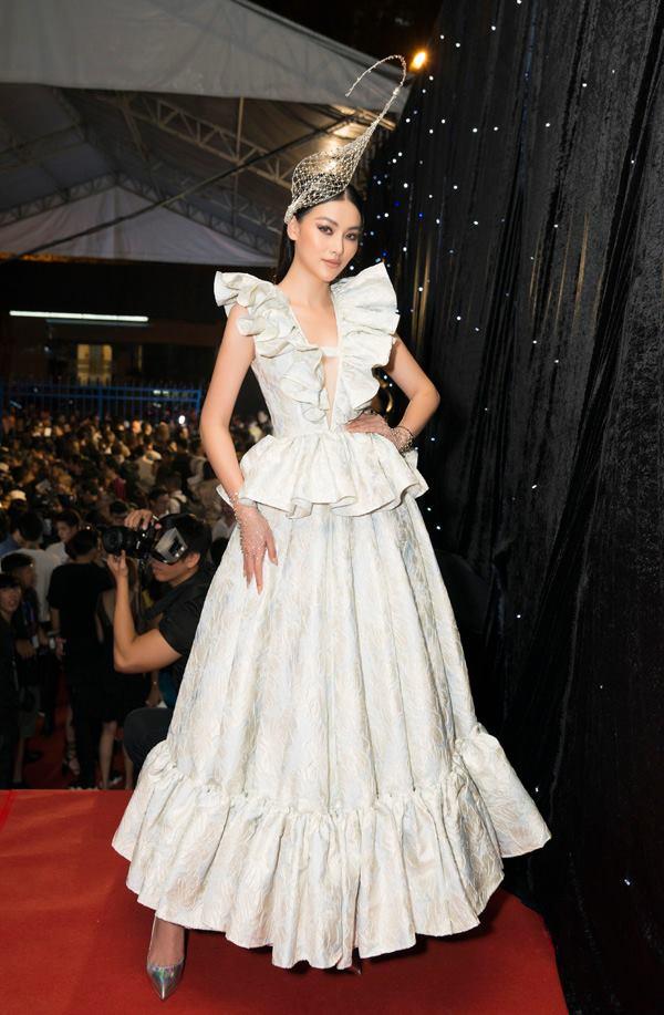 Hoa hậu Phương Khánh chọn váy cầu kỳ và phụ kiện cài đầu độc đáo.