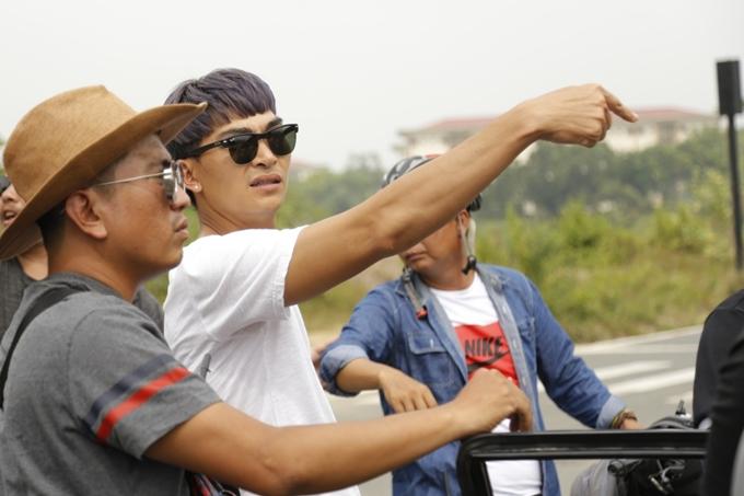 Đạo diễn Khương Ngọc tất bật chỉ đạo trên phim trường. Anh còn đảm nhận một vai diễn phụ trong phim vì mối quan hệ thân thiết với vợ chồng Thu Trang.
