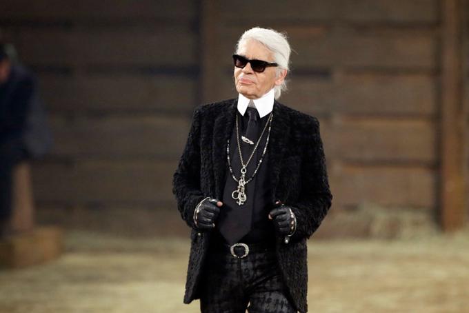 Lagerfeld đã tạo nên cuộc cách mạng tại mốt biểu tượng của nước Pháp trong hơn 3 thập kỷ qua. Ông đã hồi sinh thương hiệu Chanel và cống hiến cho hãng này đến tậnkhi ông qua đời vào tháng 2 năm 2019 vừa qua. Trong bộ phim tài liệu năm 2007 có tên Bí mật của Lagerfeld, huyền thoại thời trang Karl tiết lộ: Khi tôi gia nhập Chanel, nó là một người đẹp ngủ trong rừng vớihình ảnh rũ rượi. Vì vậy, tôi phải hồi sinh cô gái đẹp bất động này.