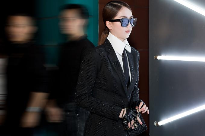 Với tinh thần ủng hộ người anh ra mắt bộ sưu tập thời trang nam, Ngọc Trinh chọn suit phom dáng hiện đại để chưng diện. Cách xây dựng hình ảnh và lối mix đồ của cô gợi nhớ đến hình tượngnhà thiết kếKarl Lagerfeld - huyền thoạicủa thương hiệu Chanel.