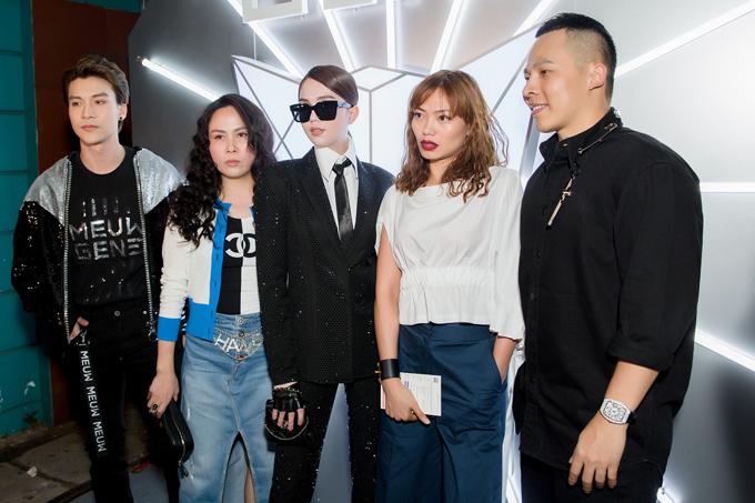 Đêm diễn đầu tiên của tuần lễ thời trang thu hút sự quan tâm của các người đẹp nổi tiếng, tín đồ thời trang Việt. Ngọc Trinh (đứng giữa) là một trong những nhân vật gây sức hút vì phong cách ấn tượng khi đến cổ vũ Chung Thanh Phong giới thiệu bộ sưu tập mới.