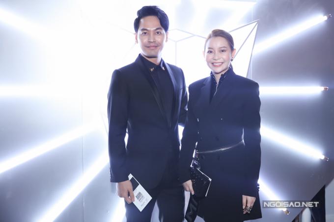 MC Phan Anh và hoa hậu Hải Dương cùng chọn vest đen sang trọng khi đến theo dõi show diễn của Chung Thanh Phong.