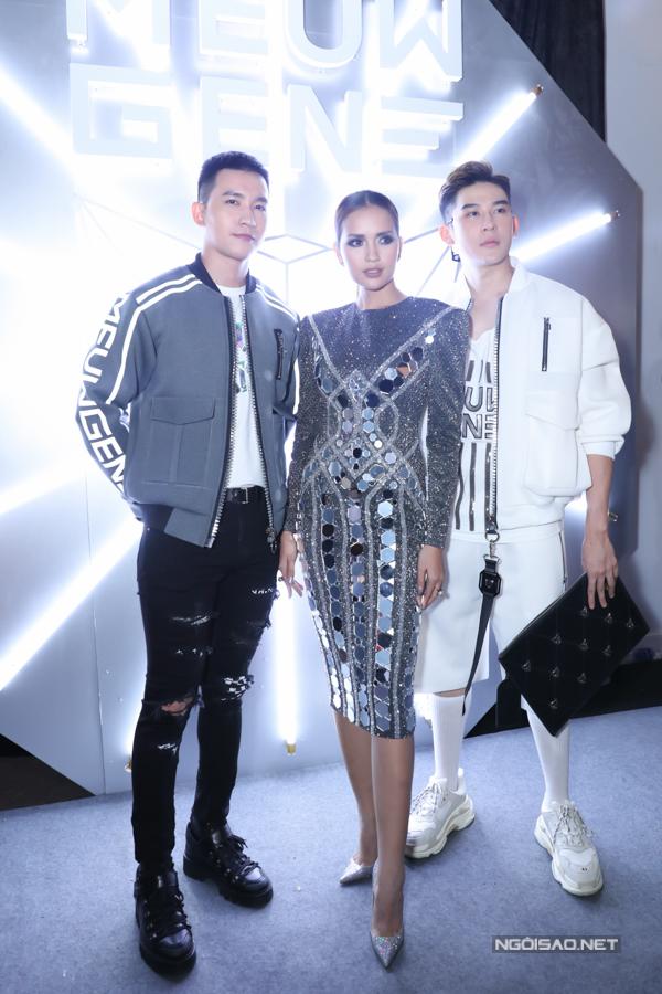 Ngọc Châu (đứng giữa) cũng chọn mẫu trang phục lấp lánh để tỏa sáng khi xuất hiện cùng hai nam thần Võ Cảnh (trái)và Minh Trung (phải).