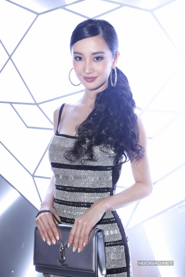 Lối trang điểm và làm tóc khiến Jun Vũ trở nên khác lạ hơn bình thường.