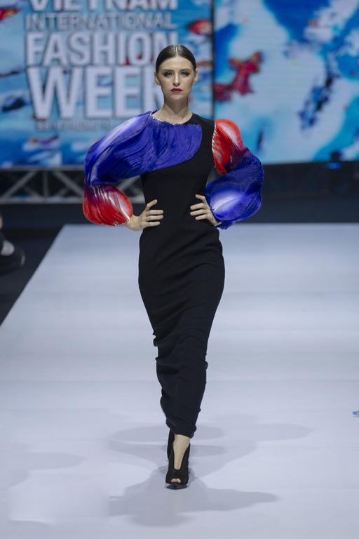 Kỹ thuật xếp lớp công phu kết hợp cùng tôn màu gradient tạo nên hiệu ứng độc đáo cho nhiều mẫu váy.