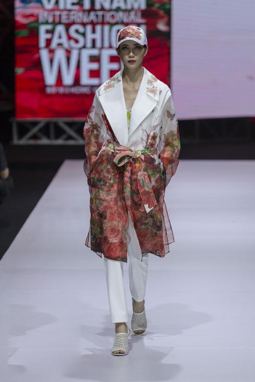 Áo khoác dành cho mùa hè được thể hiện tinh tế trên chất liệu voan mỏng, lụa mỏng đi kèm hoa văn rực rỡ.