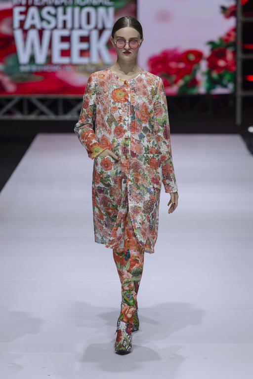 Không đơn thuần chỉ là màn giới thiệu bộ sưu tập mới, câu chuyện của Lie SangBong mang tới tuần lễ thời trang lần này còn thu hút giới mộ điệu bởi kết cấu đa dạng trong từng phần. Từ mảng màu đơn sắc, hoa lá tươi thắm, bầu trời xanh trong hay đô thị nhộn nhịp đều được phác họa một cách đậm chất thơ.