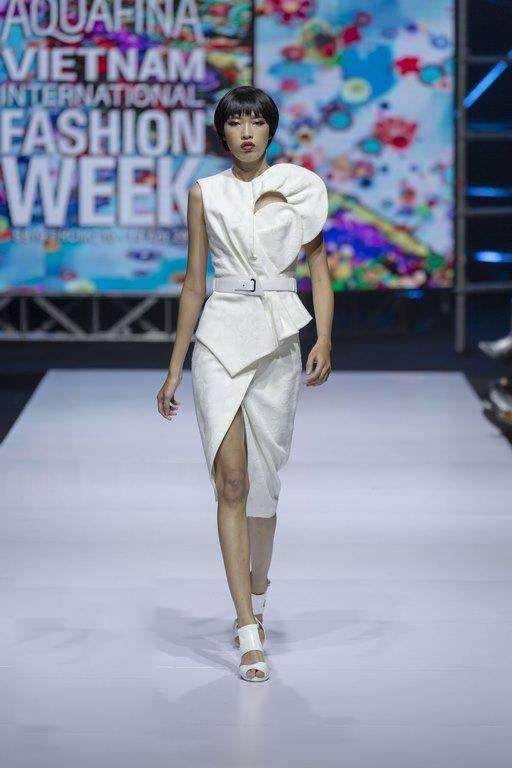 Ngoài việc tập trung khai thác phom dáng trang phục mang tính ứng dụng cao, nhà mốt nổi tiếng của xứ Hàn còn giới thiệu các mẫu đầm đi tiệc được chăm chút tỉ mỉ.