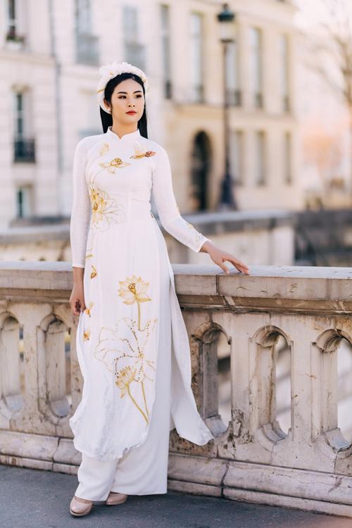 Diện áo dài trắng mng họ tiết ho sen sẽ giúp bạn để lại ấn tượng sâu đậm với người xung qunh bởi vẻ dịu dàng và yêu kiều.