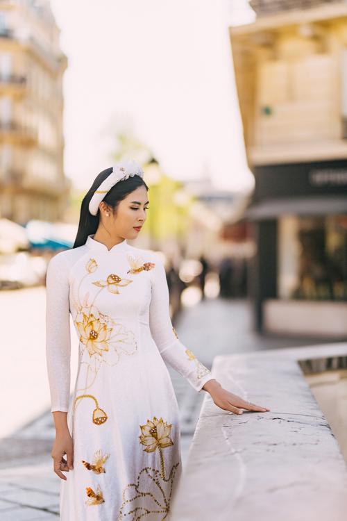 Không chỉ tôn nét thnh tân củ người mặc, mẫu áo dài còn giữ được nét đẹp truyền thống thông qu phom dáng. Họ tiết mng gm vàng đồng giúp đem đến sự sng trọng, nổi bật cho tà áo.